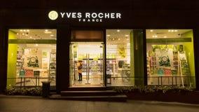 Moskva Ryssland - Oktober 12, 2017: Yves Rocher Store Fotografering för Bildbyråer