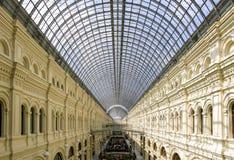 MOSKVA RYSSLAND, på MAJ 02 2017 En inre av ett handelgolv av GUMMIT, sikt av gallerierna de andra och tredje golven Arkivbilder