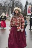 Moskva Ryssland, på mars 12, 2016, kvinnans stående i brigh Arkivfoto