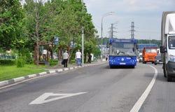 MOSKVA RYSSLAND - 05 29 2015 passagerarebussresande på vägen i Mitino Arkivfoto