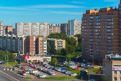 Moskva Ryssland - September 20 2017 Bostads- byggnader och parkering i Zelenograd det administrativa området Arkivfoton