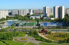 Moskva Ryssland - September 01 2016 En bästa sikt av område 16 i Zelenograd sommar Arkivbilder