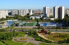 Moskva Ryssland - September 01 2016 En bästa sikt av område 16 i Zelenograd sommar Arkivfoto