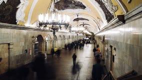 MOSKVA RYSSLAND - 28 SEPTEMBER 2016: För Kievskaya för kast för Timelapse folk flyttande station gångtunnel stock video