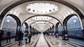 MOSKVA RYSSLAND - 28 SEPTEMBER 2016: För Mayakovskaya för kast för Timelapse folk flyttande station gångtunnel lager videofilmer