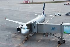 MOSKVA RYSSLAND - SEPTEMBER 03, 2014: Flygplanflygbuss-a320` V Surikov ` av Aeroflot - ryska flygbolag stiger ombord numret VP-BR Fotografering för Bildbyråer