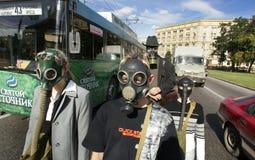 MOSKVA RYSSLAND - SEPTEMBER 18,2004: Folk, i att gå för gasmaskar Arkivbild