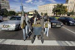 MOSKVA RYSSLAND - SEPTEMBER 18,2004: Folk i gasmaskar och mor Arkivfoton