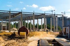 Moskva Ryssland - September 01 2017 Konstruktion av köpcentret i Zelenograd Arkivbild