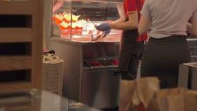 Moskva Ryssland - September 16, 2018: Laga mat att steka potatisen i djupt som stekas i Mcdonald Franska småfiskar för snabbmat s lager videofilmer