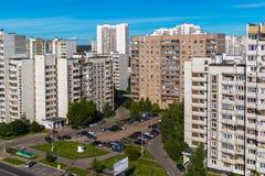 Moskva Ryssland - September 20 2017 Mång--våning bostads- byggnader och parkering i administrativa Zelenograd Royaltyfri Fotografi