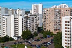 Moskva Ryssland - September 20 2017 Mång--våning bostads- byggnader och parkering i administrativa Zelenograd Arkivbilder