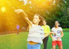 Moskva Ryssland - September 13, 2016: Oidentifierad flickakastboll Arkivfoto