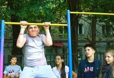 MOSKVA RYSSLAND - SEPTEMBER 13, 2016: Oidentifierat pojkehandtag upp Arkivfoto