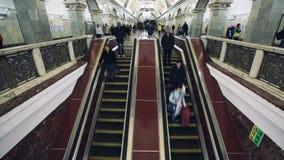 MOSKVA RYSSLAND - 28 SEPTEMBER 2016: Rörande rulltrappa för Timelapse folk på Kievskaya gångtunnelstation stock video