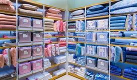 Moskva Ryssland - September 15 2017 Sänglinne shoppar in det Zara Home lagret i gallerian Zelenopark Arkivbild