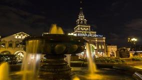 Moskva; Ryssland September - sekunder-Två tusen sexton år; Springbrunn på fyrkanten av järnvägsstation tre i Moskva, nattplats arkivfilmer
