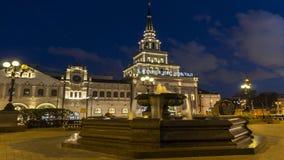 Moskva; Ryssland September - sekunder-Två tusen sexton år; Springbrunn på fyrkanten av järnvägsstation tre i Moskva, nattplats lager videofilmer