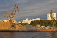 MOSKVA RYSSLAND - 26 September, 2016: Sikt av den Khimki behållaren och den norr flodterminalen (nordliga administrativa Okrug Arkivbilder
