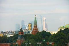 Moskva Ryssland - September 12, 2016: sikt av väggarna av MoskvaKreml och skyskrapor av den gamla och nya staden för Moskvastad - Royaltyfria Foton