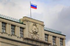 Moskva Ryssland - September 30, 2018: Tak av byggnad av tillståndsDumaen av rysk federation med den vinkande nationsflaggan av Ry arkivfoto