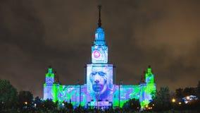 MOSKVA RYSSLAND - SEPTEMBER 28, 2016: Timelapse av den ljusa festivalen som kartlägger show i Moskvauniversitet arkivfilmer