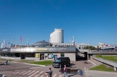 Moskva Ryssland - 09 21 2015 Sfär för shoppingkomplex och husregering av rysk federation - Vita Huset Arkivbild