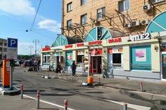 MOSKVA RYSSLAND -03 06 2016 Shoppar nära av den Yaroslavl stationen Royaltyfri Bild