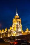 MOSKVA RYSSLAND - sikt av hotellet Ukraina på invallningen av den Moskva floden på natten Royaltyfria Bilder