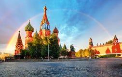 Moskva Ryssland - sikt för röd fyrkant av domkyrkan för St-basilika` s med r royaltyfri fotografi