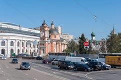 Moskva Ryssland - 09 21 2015 Sikt Gostiny Dvor och tempel av den stora martyren Varvara på Vasilyevsky Spusk Royaltyfri Foto