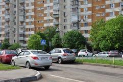 MOSKVA RYSSLAND - 05 29 2015 Sikt Mitino - ett av nya områden av Moskva Arkivbild