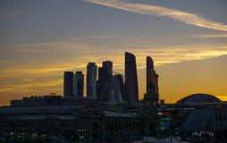 Moskva Ryssland, skyskrapor på gul himmel royaltyfri bild