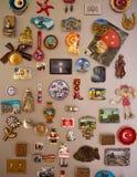 Moskva Ryssland - 06 04 2018: souvenirmagneter på kylskåpdörren, minnet av loppet royaltyfri foto