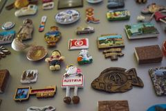Moskva Ryssland - 06 04 2018: souvenirmagneter på kylskåpdörren, minnet av loppet arkivbilder