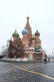 MOSKVA RYSSLAND: St-basilikadomkyrka på röd fyrkant röd fyrkant Royaltyfri Bild