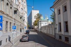 Moskva Ryssland - 09 21 2015 Starovagankovsky gränd och tempel av St Nicholas Royaltyfria Bilder