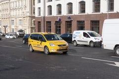 Moskva Ryssland 21 09 2015 taxien i trafik på teatergatan Royaltyfri Bild