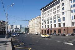 Moskva Ryssland 21 09 2015 taxien i trafik på teatergatan Royaltyfria Foton