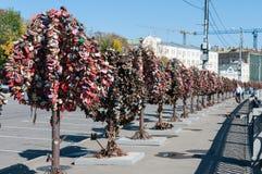 MOSKVA RYSSLAND - 21 09 2015 Träd med lås av Royaltyfri Foto