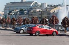 MOSKVA RYSSLAND - 21 09 2015 Träd med lås av Arkivbilder