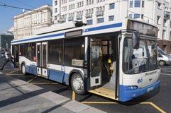 Moskva Ryssland 21 09 2015 Trådbussrutt 33 på teatergatan Arkivbild
