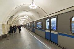 MOSKVA RYSSLAND 11 11 2014 tunnelbanastation Taganskaya, Ryssland Moskvatunnelbanan bär över 7 miljon passagerare per dag Arkivfoto