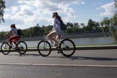 MOSKVA RYSSLAND - 06 20 2018: Två cyklistflickor i Gorky parkerar movin Arkivbilder