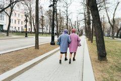 Moskva Ryssland - 04 20 2019: Två eleganta äldre farmödrar som kläs identiskt royaltyfri bild