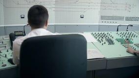 MOSKVA RYSSLAND - VÅR: Dispatcher av järnvägen på arbete Drevschemabildskärmar, drevkontrollbord stock video
