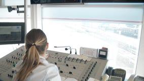 MOSKVA RYSSLAND - VÅR: Kvinnadispatcher av järnvägen på arbete Drevschemabildskärmar, drevkontrollbord lager videofilmer