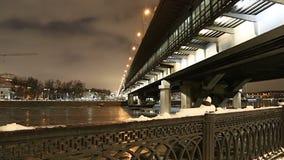 Moskva rzeka, Luzhnetskaya metra Bridżowy most na zima wieczór moscow Rosji zbiory wideo