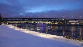 Moskva rzeka, Luzhnetskaya metra Bridżowy most na zima wieczór moscow Rosji zbiory