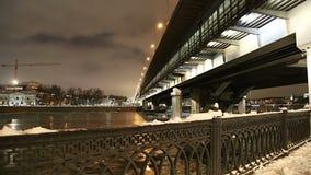 Moskva rzeka, Luzhnetskaya metra Bridżowy most na zima wieczór moscow Rosji zdjęcie wideo